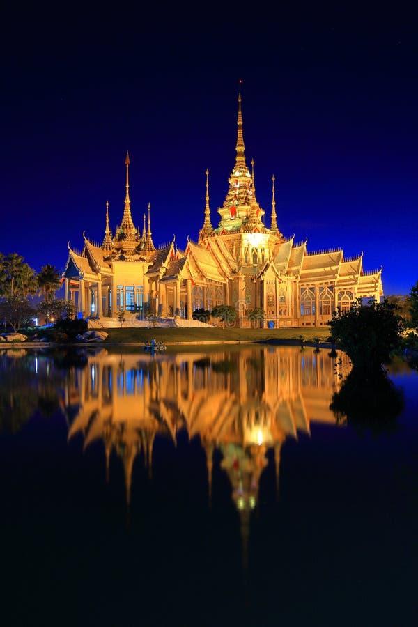 Wat tailandés, opinión crepuscular de la señal Wat None Kum en Nakhon Ratcha imagen de archivo
