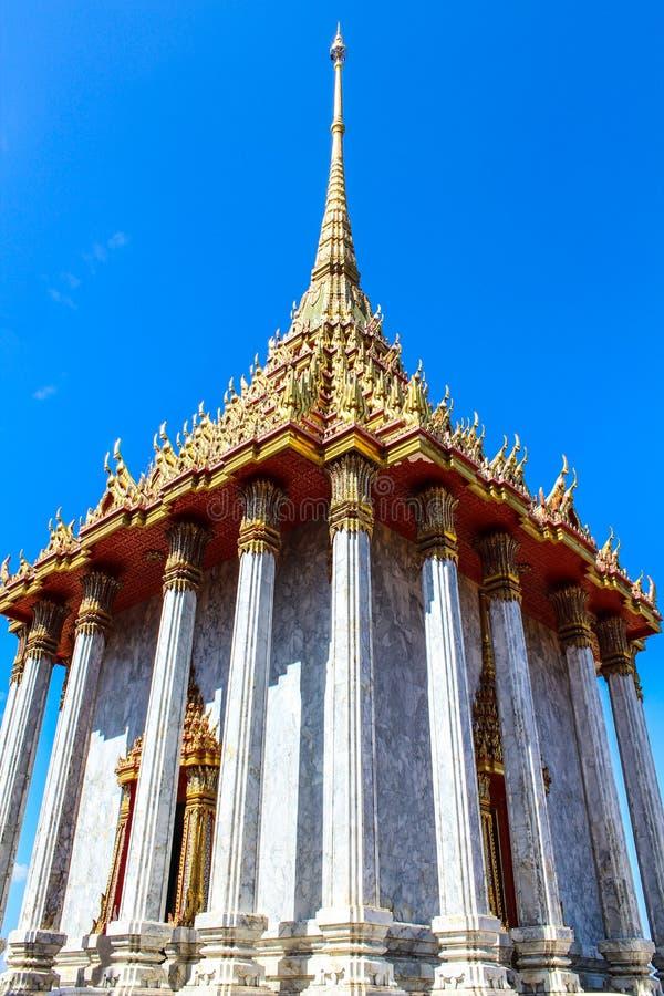 Wat Thai Temple, op de Blauwe hemelachtergrond die wordt geïsoleerd royalty-vrije stock afbeeldingen