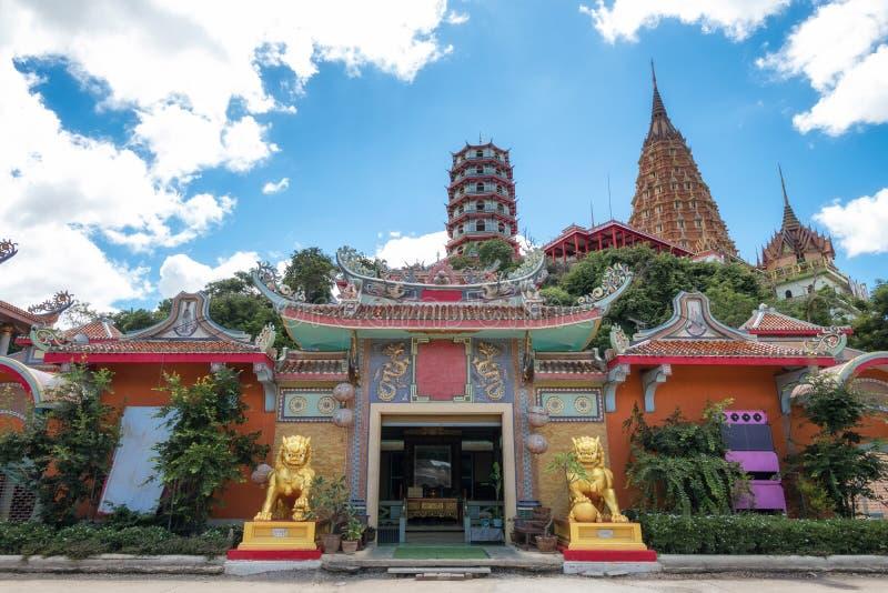 Wat Tham Khao Noi kinesisk tempel med pagoden i Kanchanaburi royaltyfri fotografi
