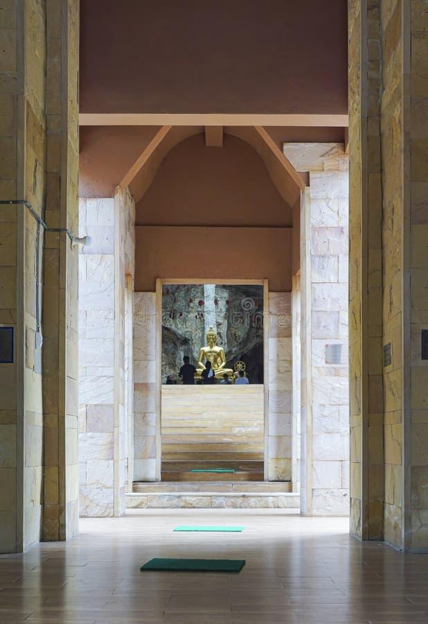 Wat Tham Phu Wa, Kanchanaburi, Thailand, am 12. Mai 2016: Eingang zu den religiösen Plätzen lizenzfreie stockfotografie