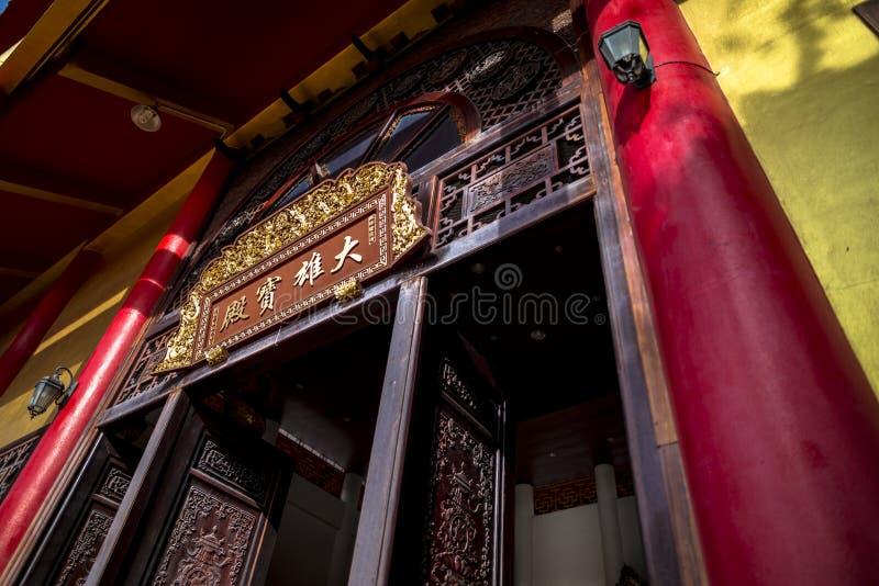 Wat Thawon Wararam är härlig och fridsam ställe ett kloster, i Hat Yai Songkhla Thailand Kinesiska formuleringar som översätts ti royaltyfria bilder