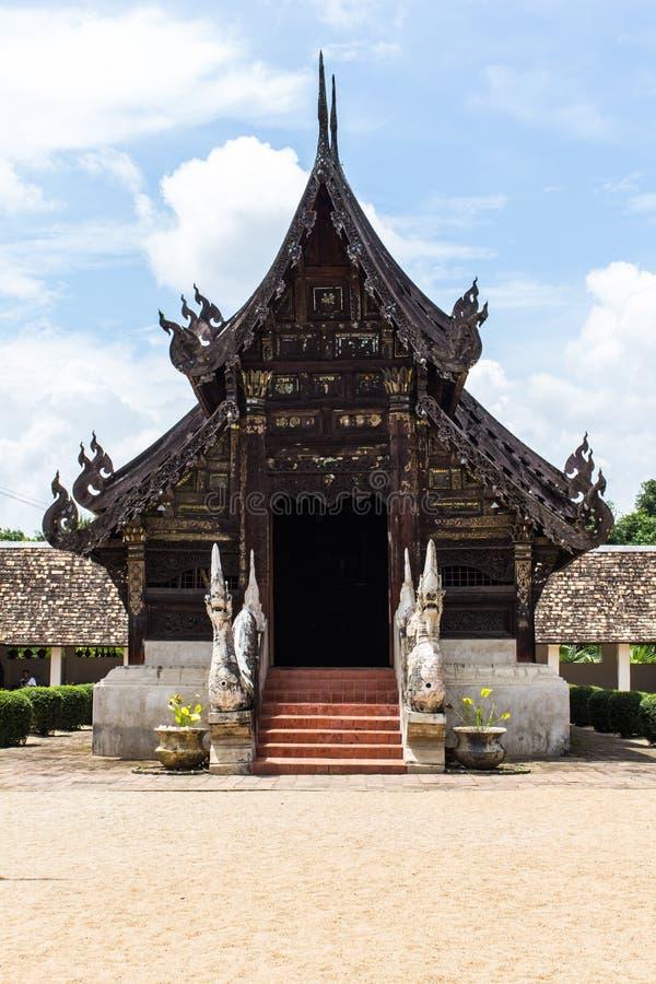 Wat Ton Kain träkapell för gammal teakträ i chiangmaien, Thailand arkivbilder
