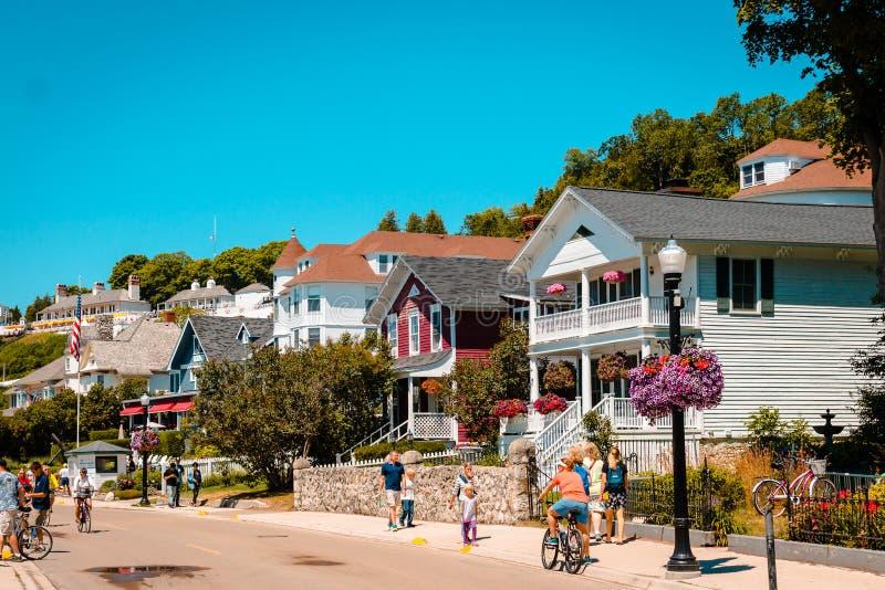 Wat van huizen dichtbij Mackinac-Eiland het van de binnenstad stock foto's