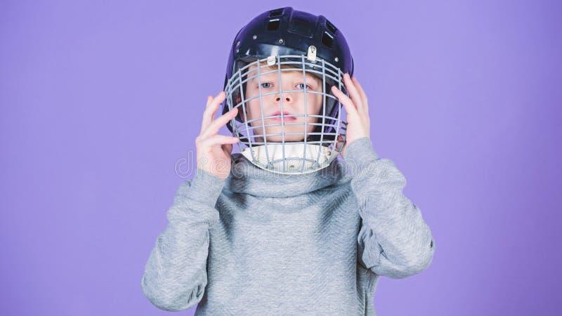 Wat voor het spel noodzakelijk is Honkbalhelm Succes Kinderjarenactiviteit en energie Gymnastiektraining van tienerjongen Sport royalty-vrije stock foto