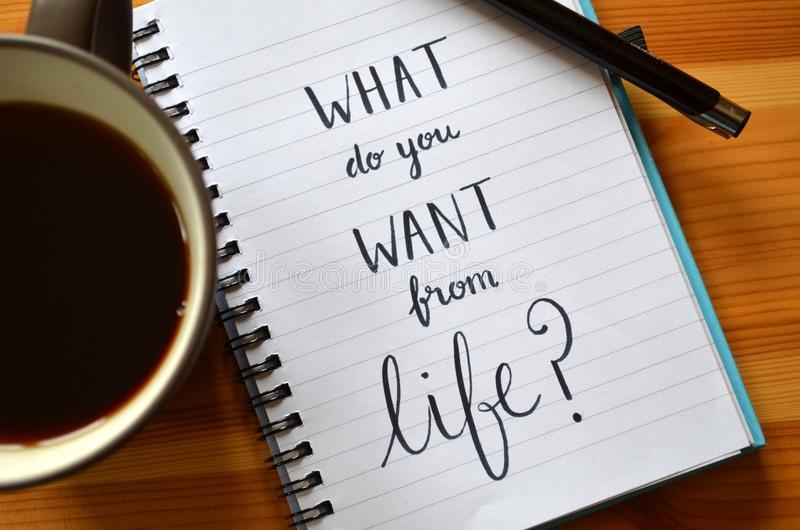 ` Wat wilt u van het leven? ` in notitieboekje van letters dat wordtvoorzien dat stock foto