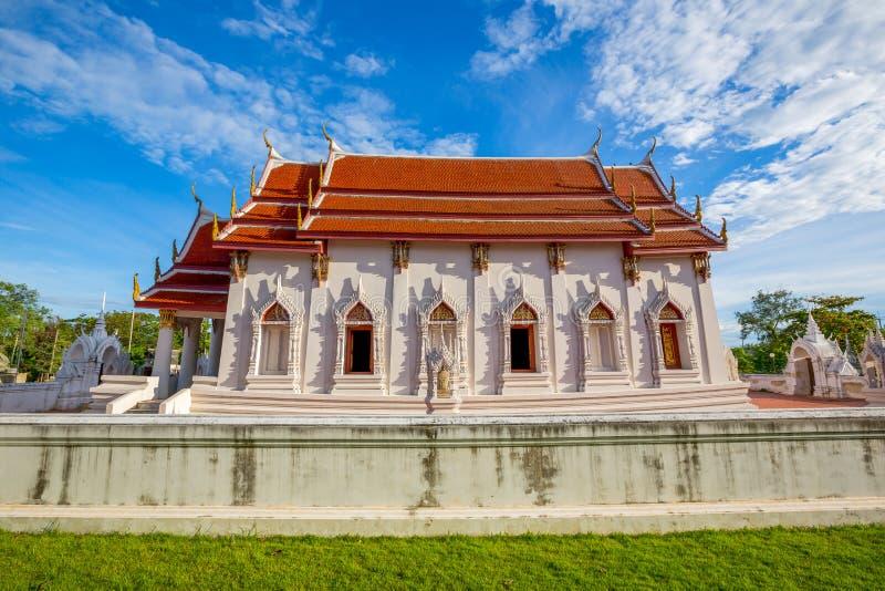 Wat Yai Chom Prasat ny kyrka - Samut Sakhon, Thailand arkivbild