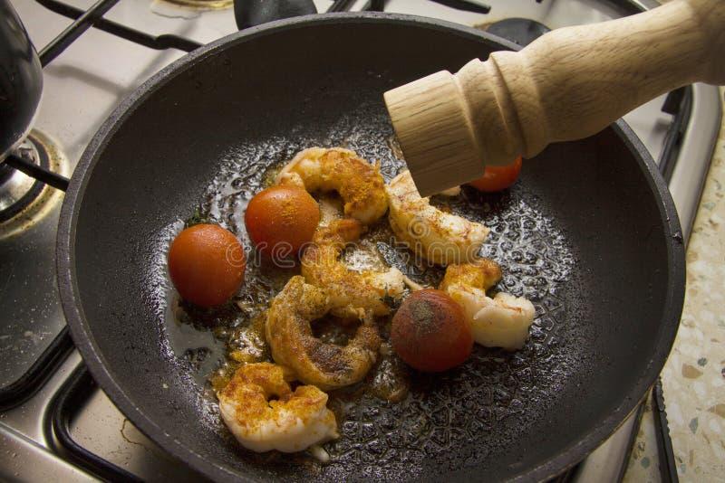 wat zwarte peper voor garnalen die met tomaat roosteren royalty-vrije stock afbeelding