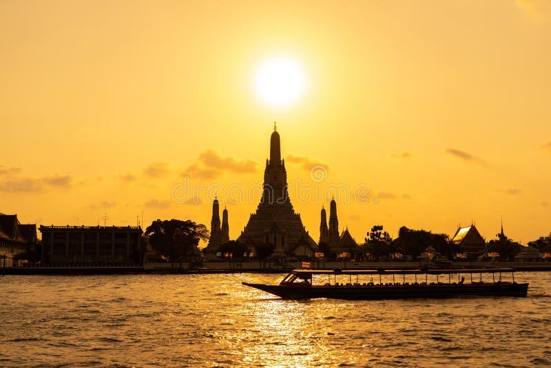 Wata Arun świątynia przy zmierzchem w Bangkok Tajlandia Wat Arun jest Buddyjskim świątynią w Bangkok Yai okręgu Bangkok, Tajlandi zdjęcia stock