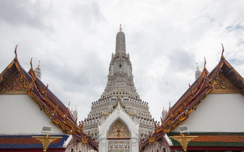 Wata Arun Ratchawararam Ratchawaramahawihan lub Wata Arun buddyjska świątynia świt sławny antyczny uroczysty pałac w Bangkok Tajl zdjęcia stock