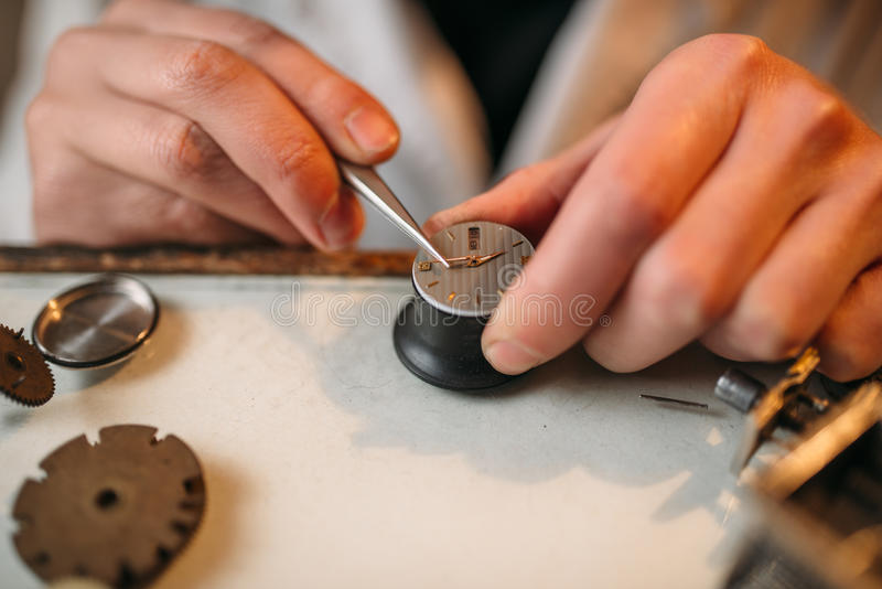 Watchmaker σπασμένος επισκευή μηχανισμός με τα τσιμπιδάκια στοκ φωτογραφία με δικαίωμα ελεύθερης χρήσης