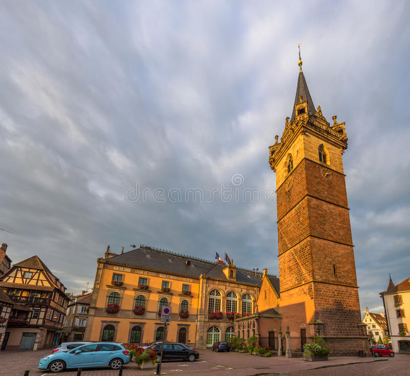 Watchtower en Stadshotel in Obernai - Frankrijk stock foto