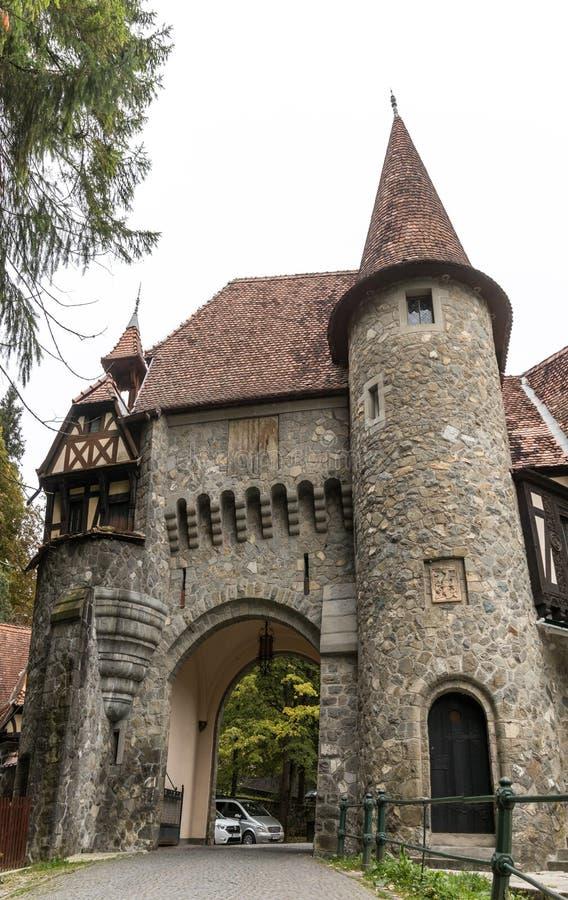 Watchtower- och fästningportar i väggen som lokaliseras nära Pelesh, rockerar i Sinaia, i Rumänien fotografering för bildbyråer