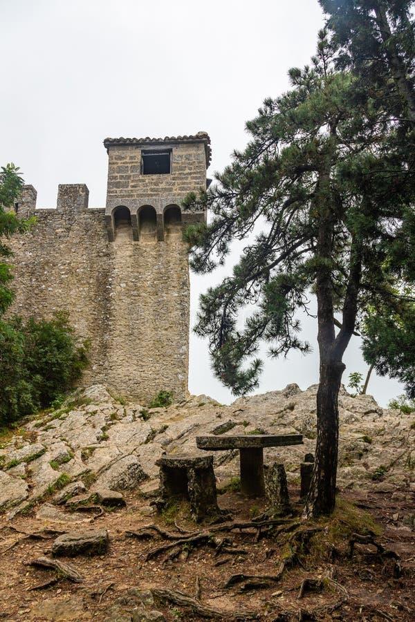 Watchtower op de muur die Guaita-Vesting in San Marino in de mist omringen royalty-vrije stock afbeeldingen