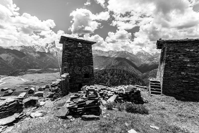 Watchtower van schaliesteen die wordt gemaakt Kvemo Hogere Omalo in de Georgische Kaukasus in Tusheti-gebied royalty-vrije stock afbeelding