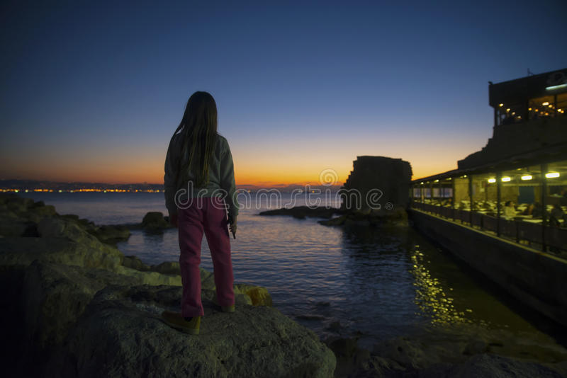 Watcing tunnlandport för barn på solnedgången royaltyfri bild