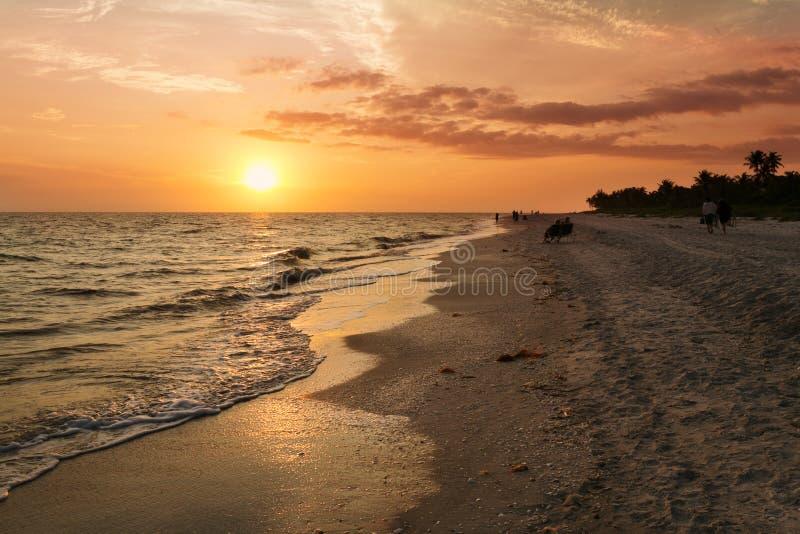 Watcing una puesta del sol de Sanibel imagenes de archivo