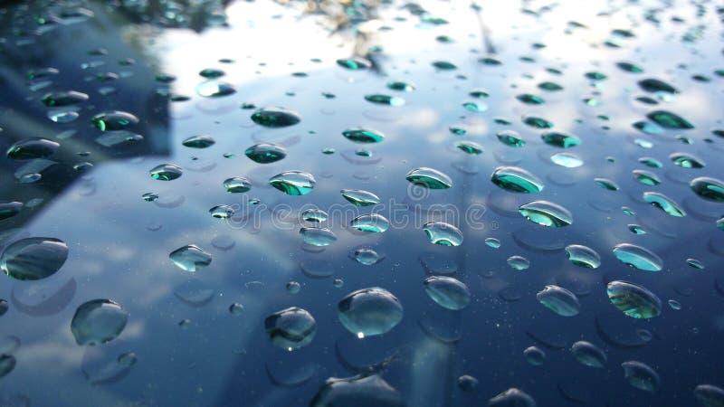 Watedrops på bilexponeringsglas efter regnet royaltyfria foton