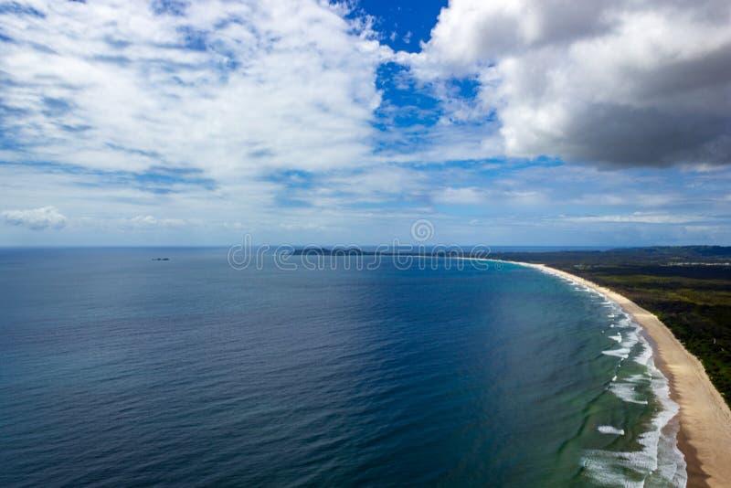 Wategoes海滩鸟瞰图在拜伦湾的 照片被拍了在旋转直升飞机,拜伦湾,昆士兰,澳大利亚外面 免版税图库摄影