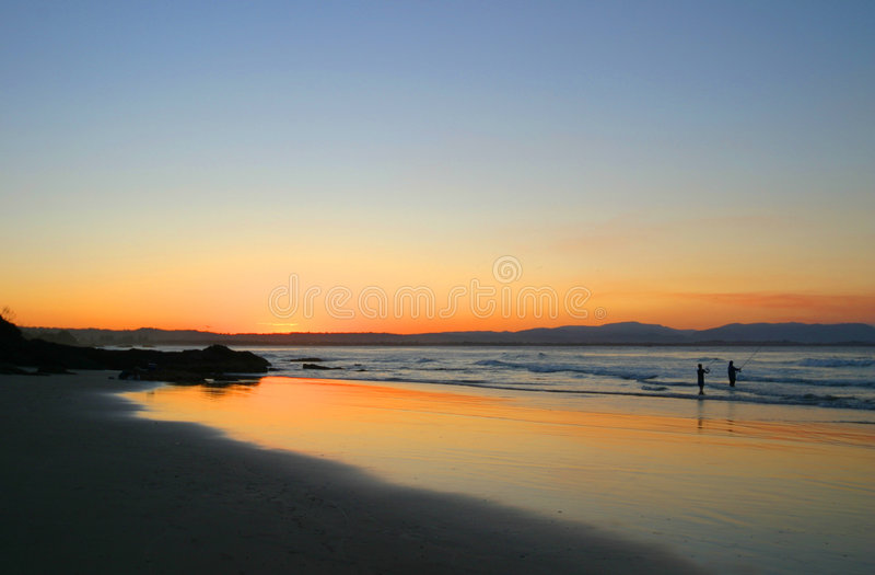 wategos захода солнца nsw рыболова byron пляжа залива Австралии стоковые изображения
