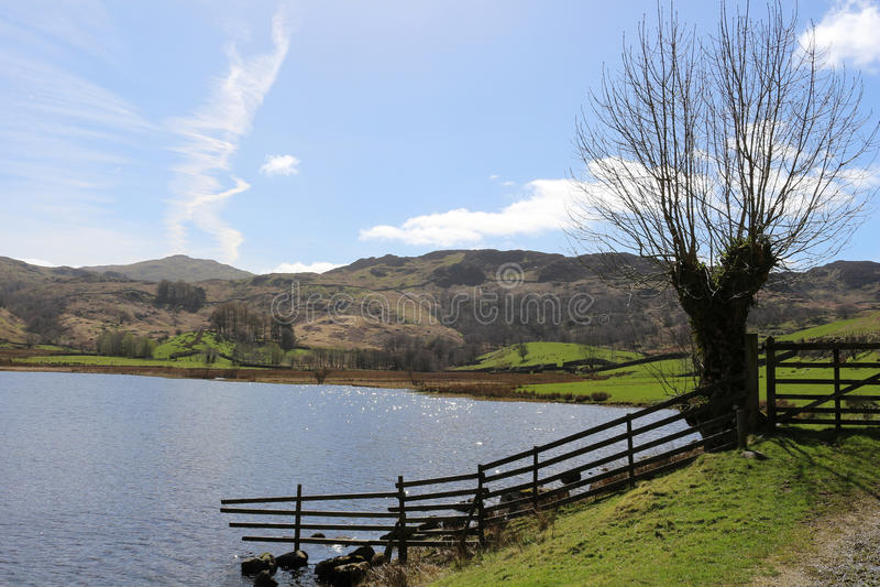 Watendlath el Tarn y Watendlath bajaron, Cumbria foto de archivo libre de regalías