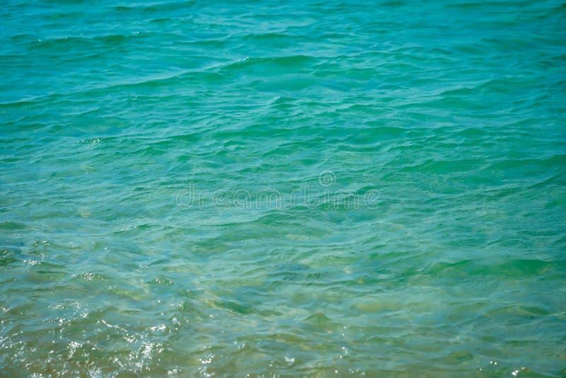 Water achtergrond mooie overzeese oceaan met van de de oppervlakte blauwe textuur van de golvenhorizon de aardmening bij de zomer royalty-vrije stock afbeeldingen