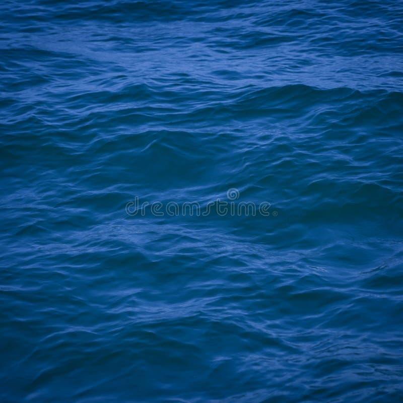 Water achtergrond mooie overzeese oceaan met van de de oppervlakte blauwe textuur van de golvenhorizon de aardmening bij de zomer stock foto's