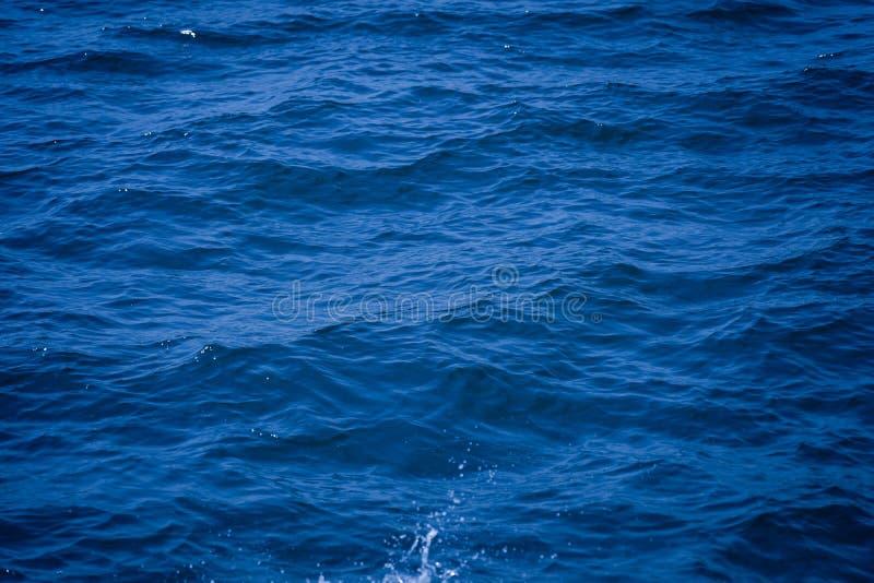 Water achtergrond mooie overzeese oceaan met van de de oppervlakte blauwe textuur van de golvenhorizon de aardmening bij de zomer royalty-vrije stock foto's