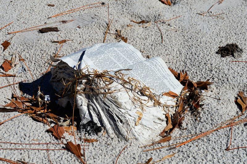 Water beschadigd boek op een strand stock afbeeldingen