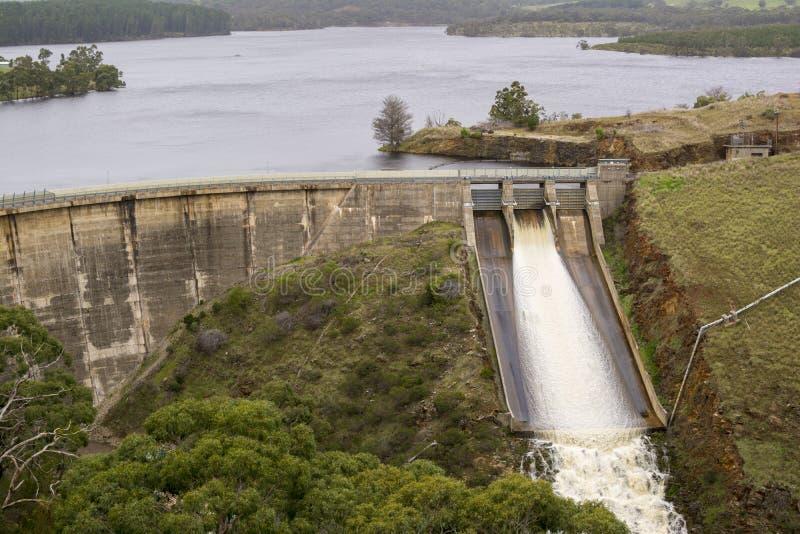 Water bij Myponga-Dam, Zuid-Australië wordt vrijgegeven dat royalty-vrije stock foto's