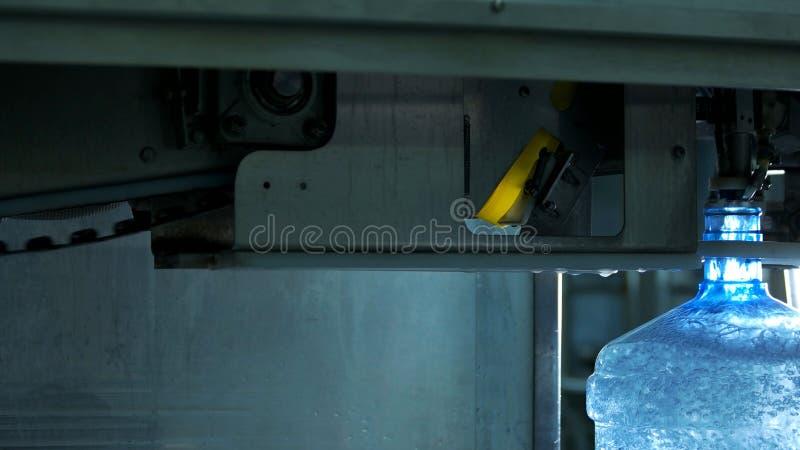 Water bottellijn voor verwerkingswater stock fotografie