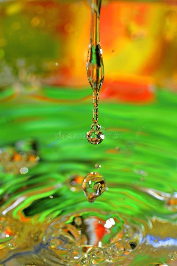Water-dalingen die neer vallen stock foto's