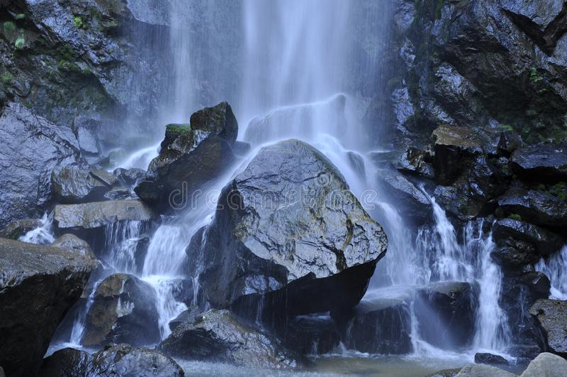 Water dat de stenen wast royalty-vrije stock afbeelding