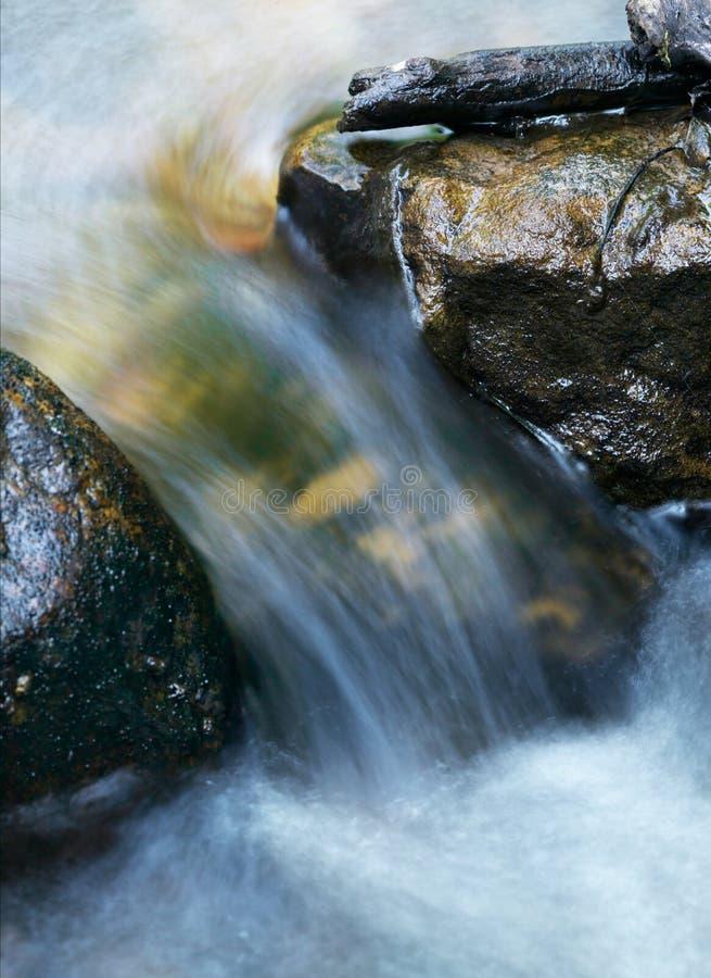Water dat en tussen Rotsen stroomt meesleept stock afbeeldingen