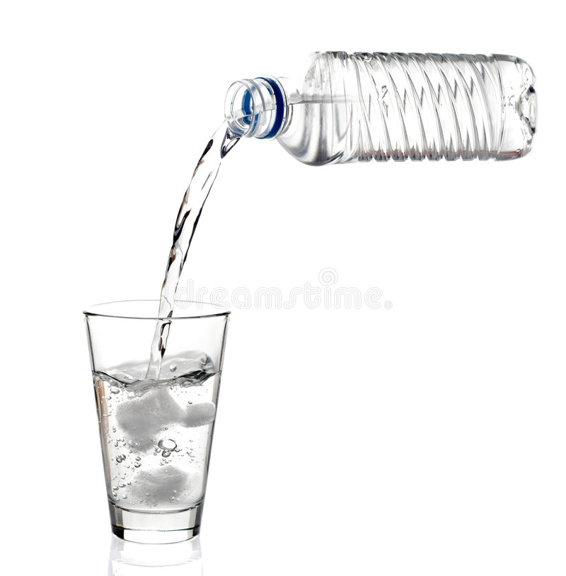 Water dat in glas wordt gegoten royalty-vrije stock foto's