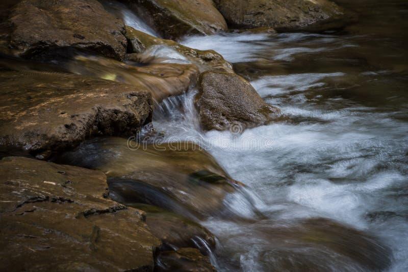 Water dat over Rotsen stroomt royalty-vrije stock foto's