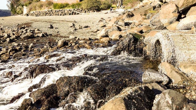Water dat over Rotsen stroomt royalty-vrije stock foto