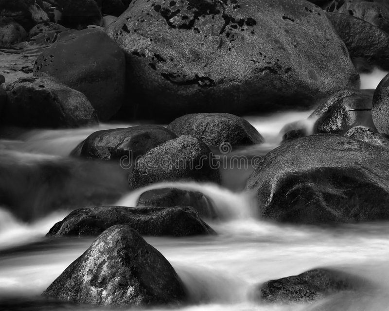 Water dat over rotsen stroomt royalty-vrije stock afbeelding