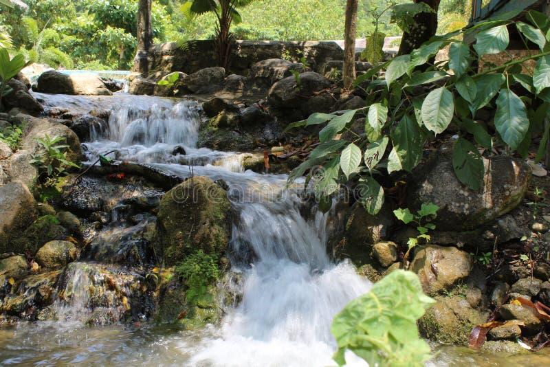 Water dat van de rotsen valt stock afbeelding