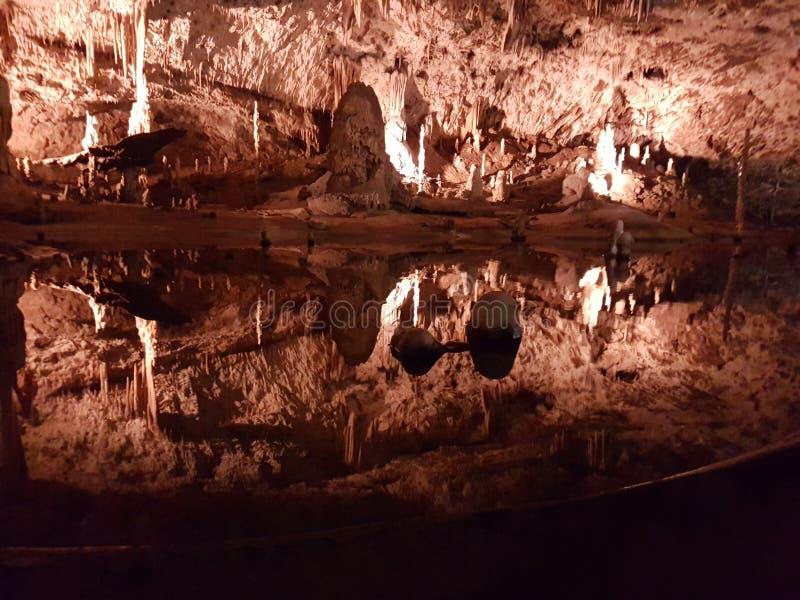 Water in de holen stock foto's