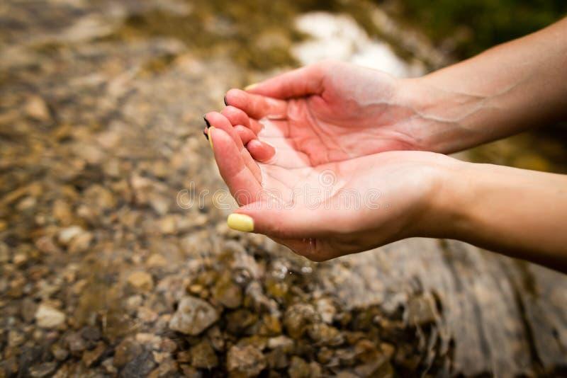 Water in de lente in de handen royalty-vrije stock foto