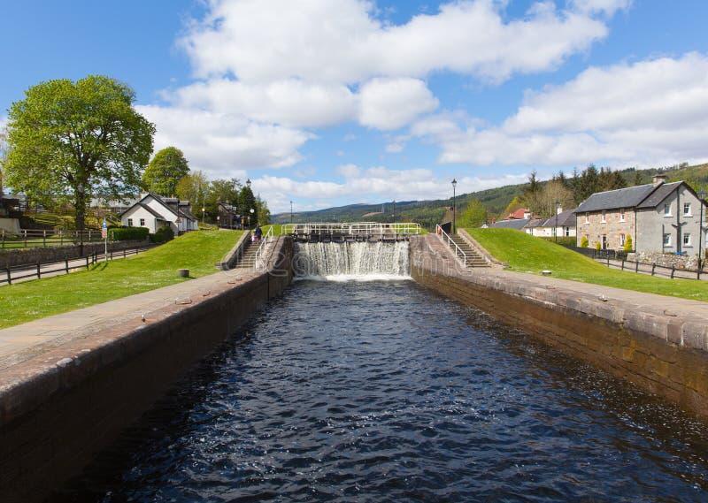 Water die door sluisdeuren op het Caledonische Kanaalfort Augustus Scotland draperen het UK royalty-vrije stock afbeelding