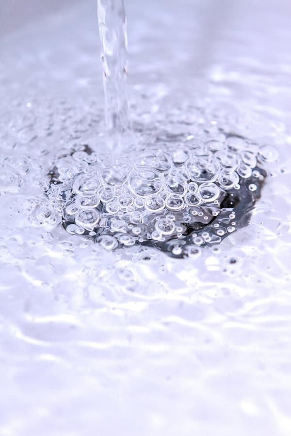 Water die een de stopgat reduceren van de badkamersgootsteen royalty-vrije stock afbeelding