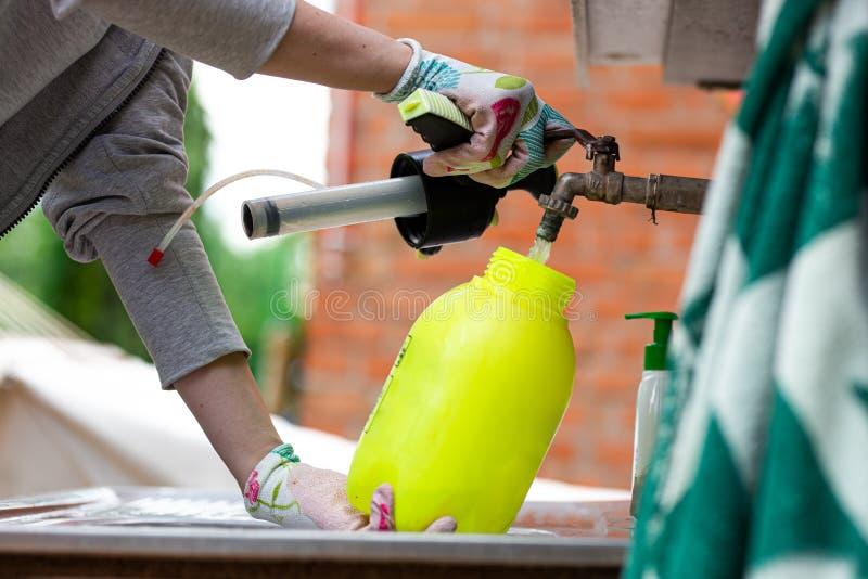 Water die in een spuitbus met pesticide worden toegevoegd royalty-vrije stock fotografie