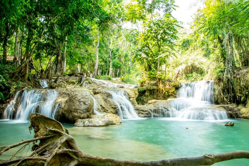 Water die in grote natuurlijke pool vallen stock fotografie