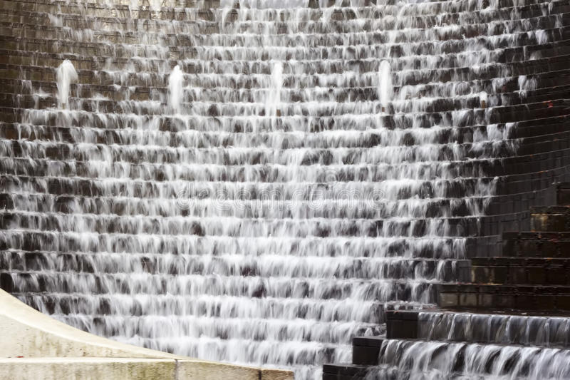 Water die onderaan luchtige stappen draperen - stock fotografie