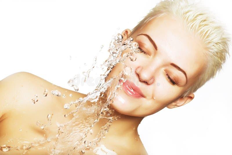 Water die op het mooie gezicht van de sensualiteitvrouw met schoon vallen royalty-vrije stock afbeeldingen