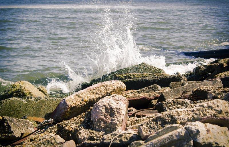 Water die op rotsen verpletteren royalty-vrije stock foto's