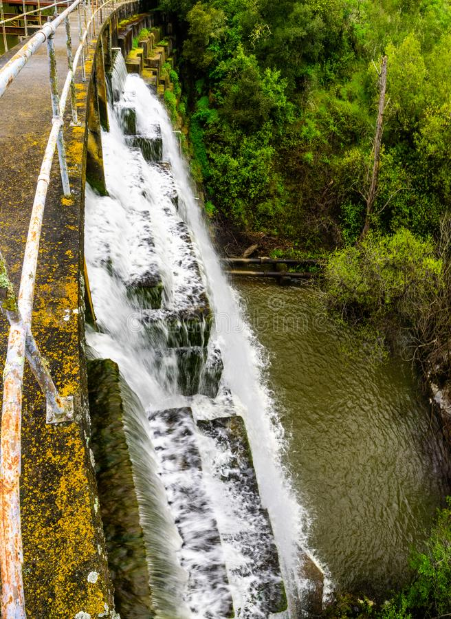 Water die die over de dam bij Searsville-Meer stromen in Jasper Ridge Biological Preserve, de baaigebied van San Francisco, Calif royalty-vrije stock foto