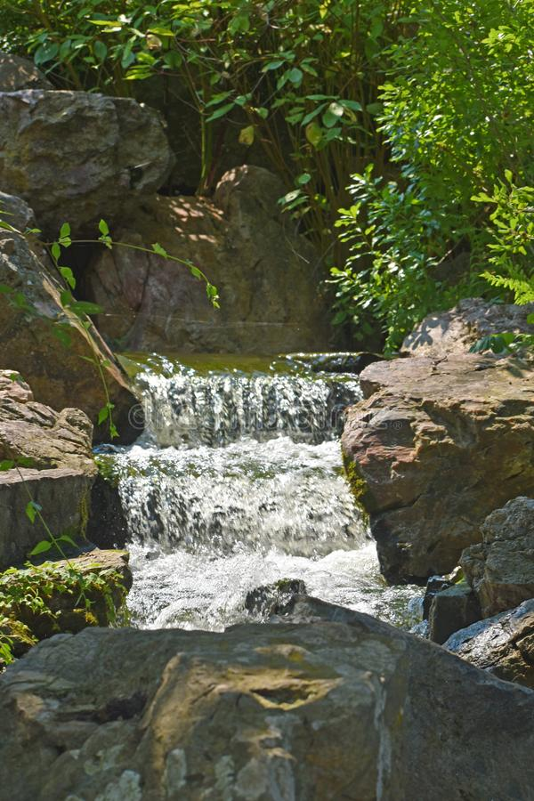 Water die stroomafwaarts van Waterval meeslepen stock foto's