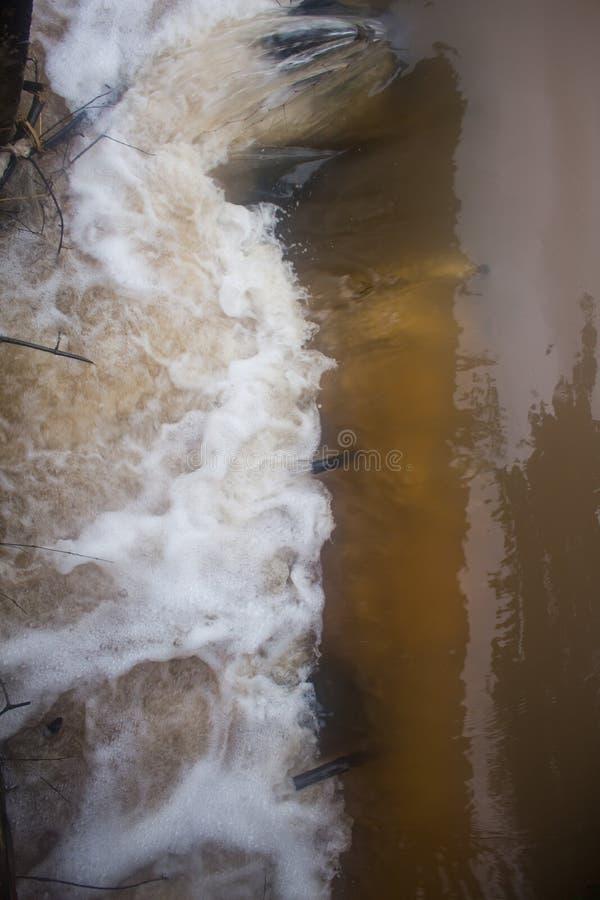 Water die van afvoerkanalen snel in het kanaalplatteland uitstorten stock fotografie